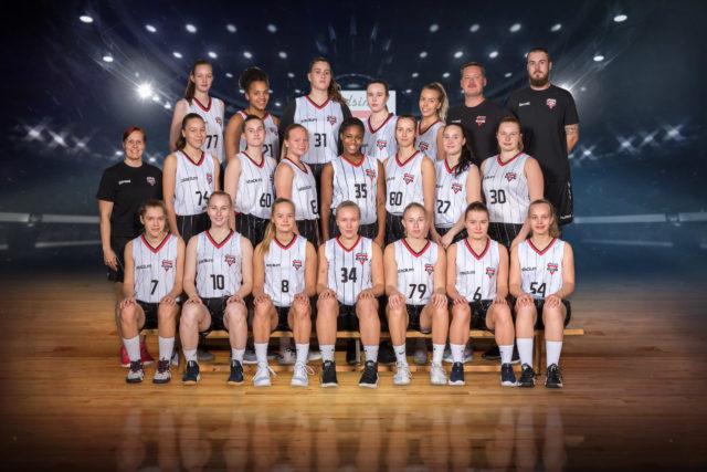 U19 00-02_ tytöt_taustalla