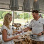Mehiläisen kompassisuunnistajien Sami ranta oli henkilökohtaisen kisan voittaja, palkintoa ojentaa Pickalan palvelupäällikkö Linda Ratilainen